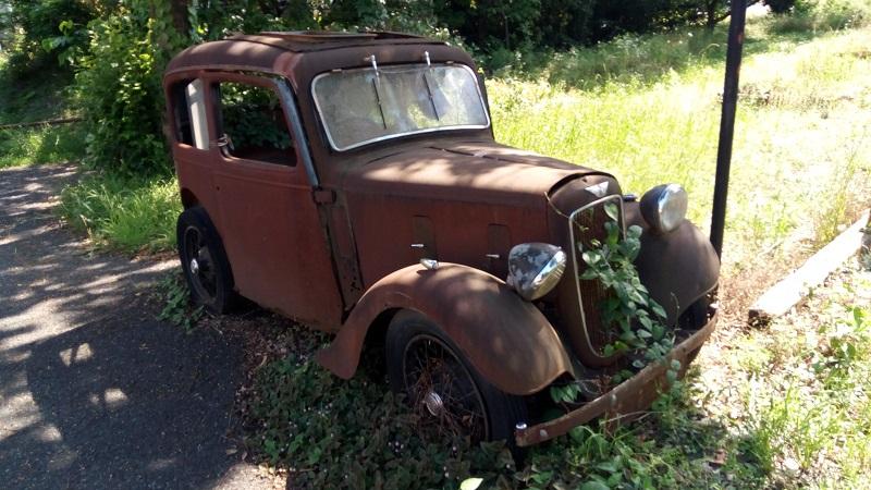 クランボンの敷地内にある壊れた車のオブジェ、近いアングル