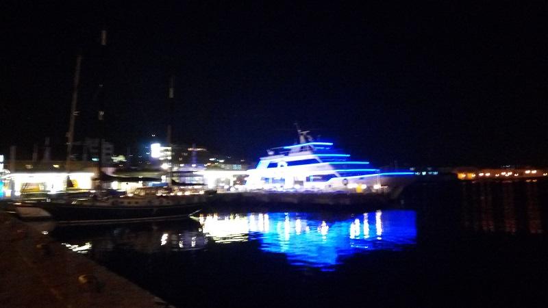 夜の赤レンガ倉庫の船、ちょっと位置を変えてみた
