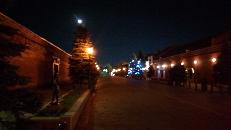 夜の赤レンガ倉庫沿い