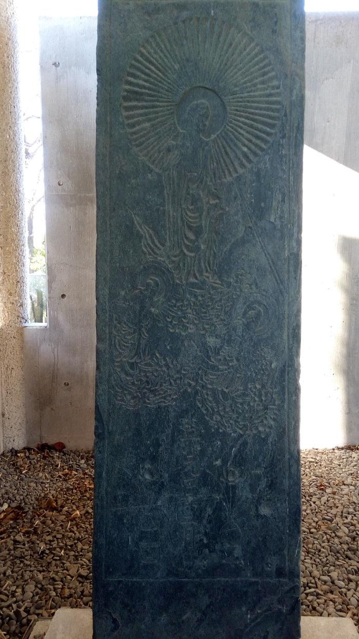 阿弥陀三尊図像を刻む板碑