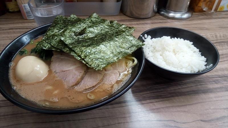 横浜らーめん 武蔵家 川越店で注文した川越ラーメンとライス