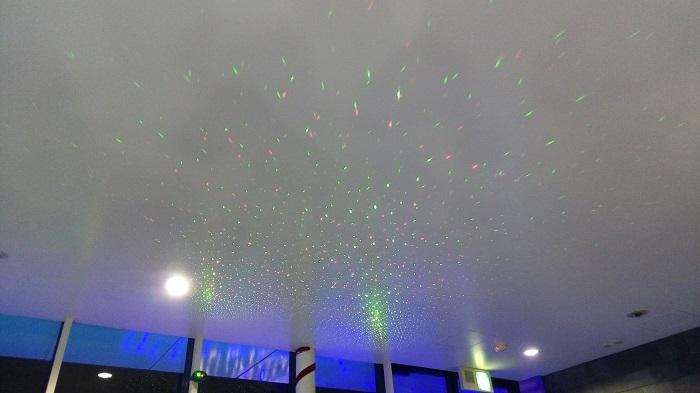 フレサよしみのイルミネーションフェスタ2018(フレサよしみのカフェ、天井も軽く光る)