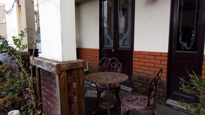 ギャラリー&カフェ 亜露麻、外の椅子