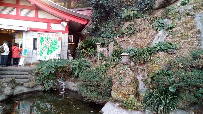 江ノ島神社、エスカレーター前