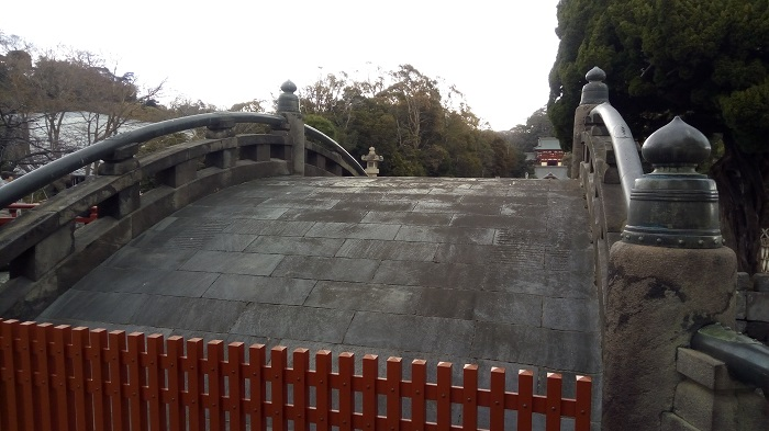 八幡宮の入口にある橋