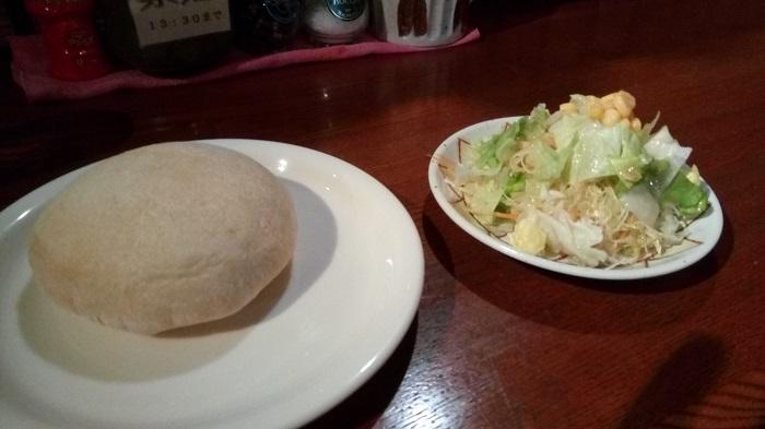 PREGOで出てきたフォカッチャとサラダ