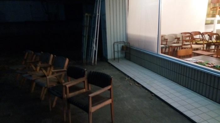 北欧家具 tanukiの店の前