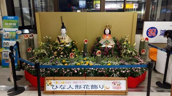 鴻巣駅にある等身大ひな人形