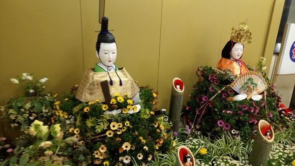 鴻巣駅にある等身大ひな人形、斜めアングル