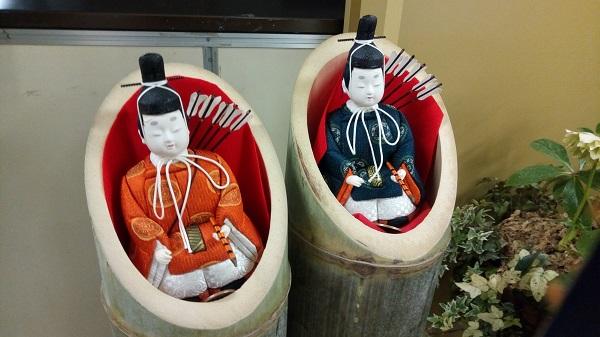 鴻巣駅にある等身大ひな人形、横についてる子供たち