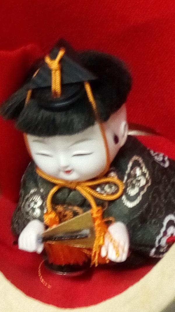 鴻巣駅にある等身大ひな人形、横についてる子供のアップ