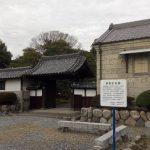 長島記念館の入口前