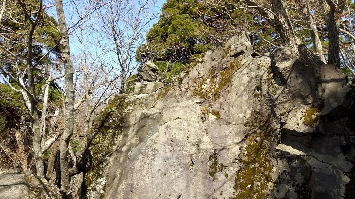 岩の左上にある石の神社