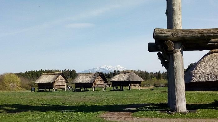 三内丸山遺跡(八甲田山が後ろに見える)