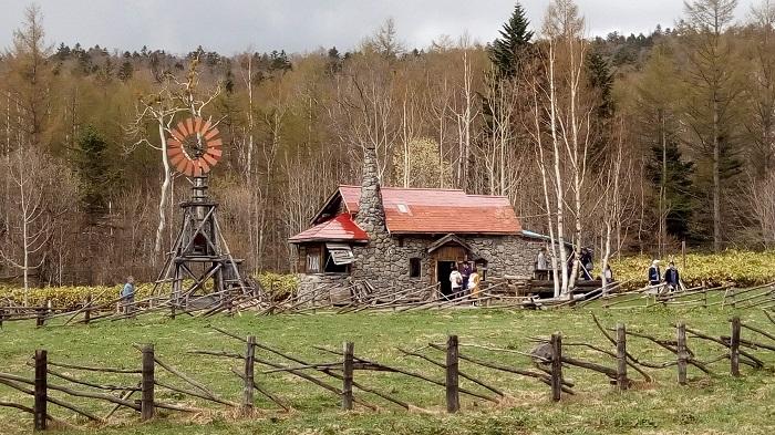 赤い屋根のレンガの家