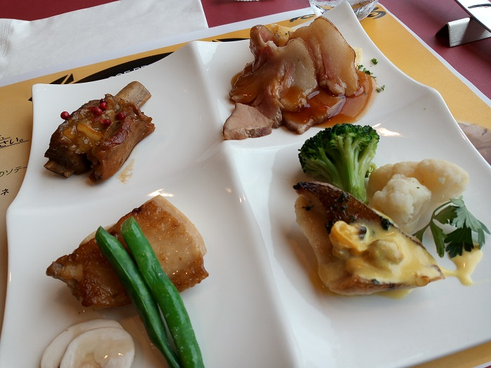 はつかり醤油のスペアリブ・白身魚のソテー・鶏肉のコンフィ・COEDO紅赤ビールを使用した豚肉の和風カルボナード