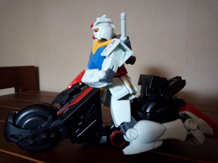 トリニティバイクに乗っているガンダム!